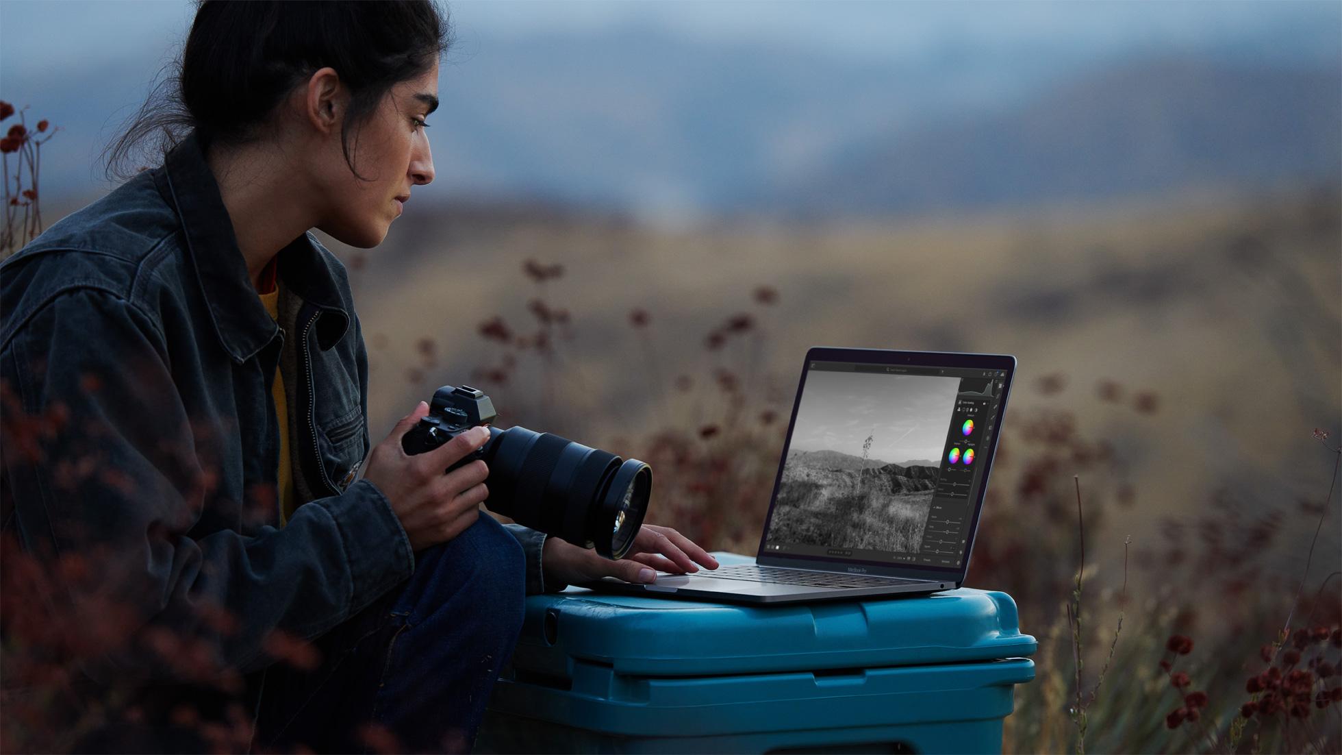 Apple_new-macbookpro-photographer-photo_11102020.jpg